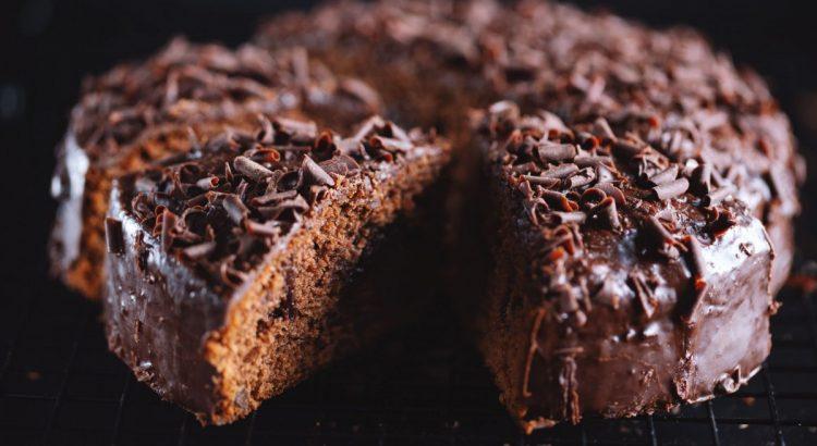 Fique com um receita fácil de um bolo de chocolate para fazer em sua casa de uma forma muito rápida e simples.