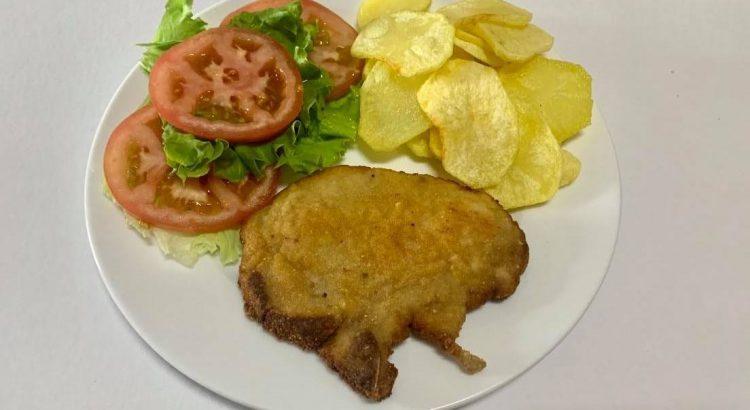 Prepare o seu almoço com umas costeletas de porco panadas. Uma receita fácil, rápida e que combina com qualquer pessoa.