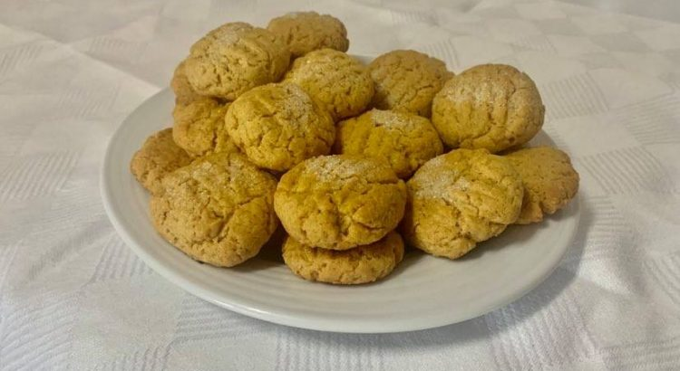 Tenha sempre à mão umas bolachas de manteiga de amendoim e surpreenda as visitas à sua casa com estas bolachas saborosas.