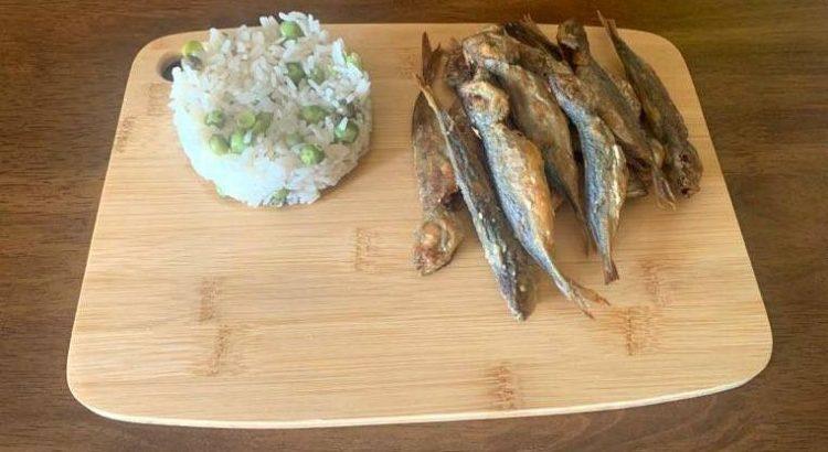 Para os dias que precisa de uma refeição rápida mas saborosa, fique com a nossa receita de arroz de ervilhas com carapaus pequenos.